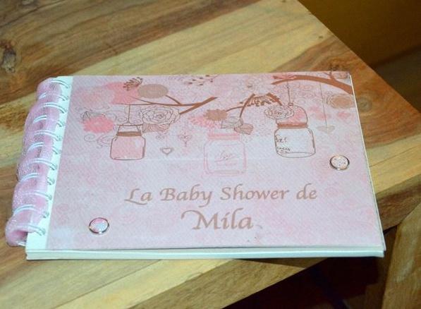 Les jolies idées à reprendre  \u2013 les cadres avec les photos de grossesse  accrochés au mur \u2013 le berceau de bébé près de la sweet table