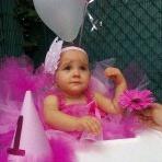 Le premier anniversaire DIY de Thalya en rose avec des pois blancs