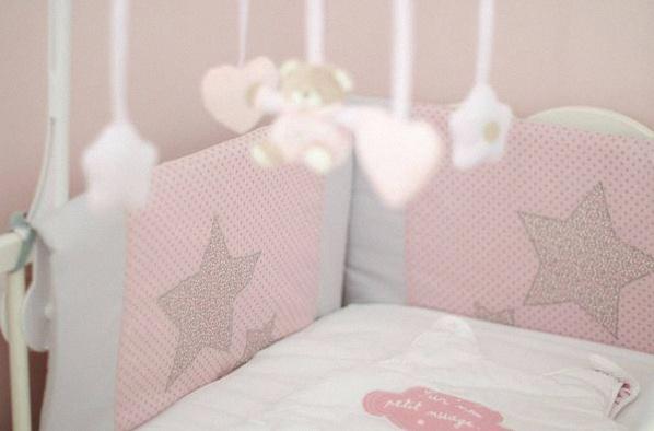 décoration chambre enfant rose · tour de lit bébé