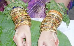 Une cérémonie indienne pour la future maman : Valaikaapu, la bénédiction des bracelets